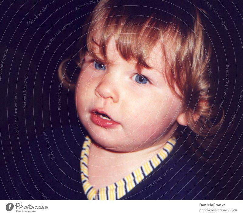 Kleiner Fratz Kleinkind Mädchen erstaunt niedlich Porträt blau Auge blaue Augen staunen Portait Mensch