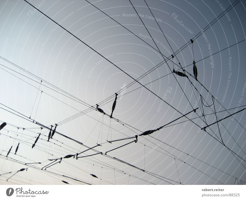 Kabelsalat am Himmel Vernetzung Elektrizität Dämmerung Bahnhof Netz Eisenbahn blau Wirrwar Kabelnetz