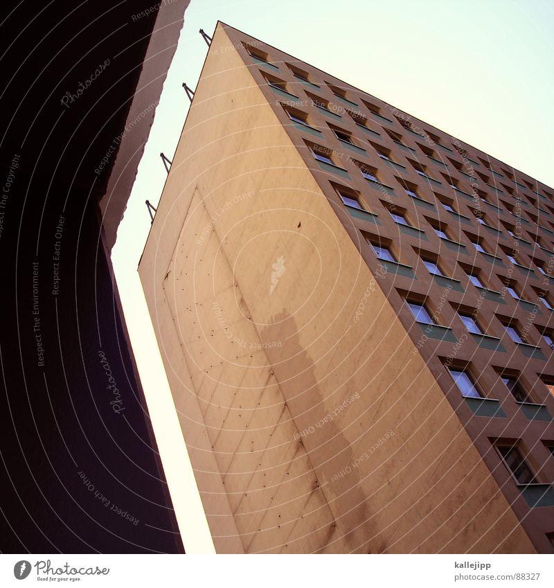 mind the gap Armutsgrenze Hinterhof Plattenbau Fassade Lichthof Fenster Brandmauer Alexanderplatz Osten Wohnanlage Treppe Astronaut Satellitenantenne Ostzone