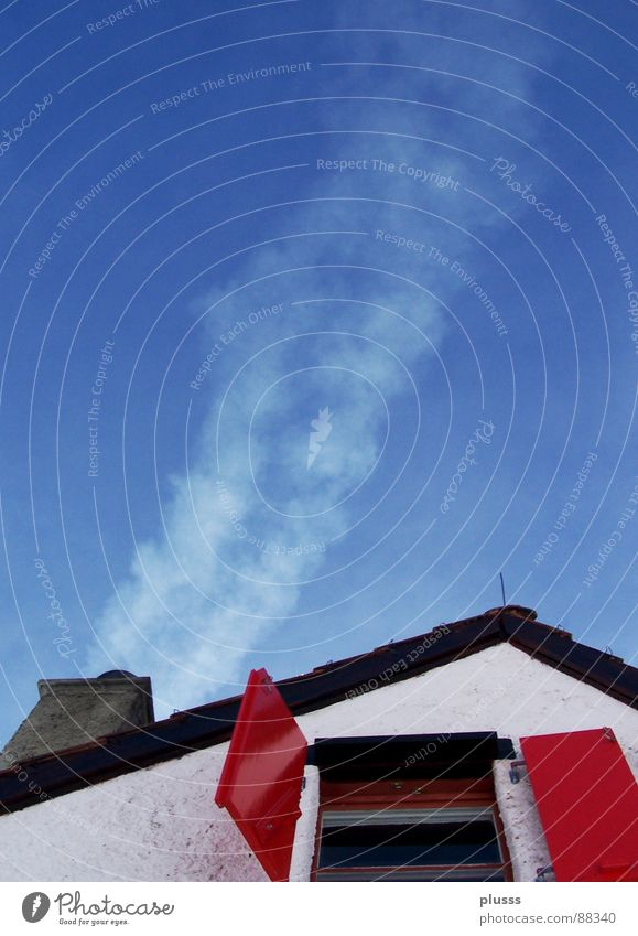 bewohnt Gedanke Fensterladen rot himmelblau Dach Haus frisch Luft Mauer ruhig ungestört Sicherheit Öffnung Vergangenheit Häusliches Leben Rauch Farbe Rauchwolke