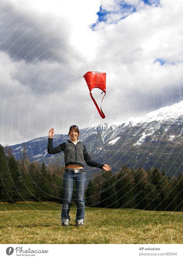 red handbag Frau Natur Jugendliche Himmel Sonne blau rot Freude Wolken Wald Schnee Erholung Wiese Tasche Berge u. Gebirge Frühling