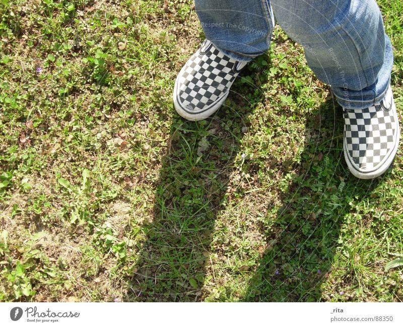 Schattenspiele Lieferwagen Gras Schuhe kariert grün braun Wiese Freizeit & Hobby Spielen Herbst Fuß Jeanshose Erde Bodenbelag dreckig Beine blau