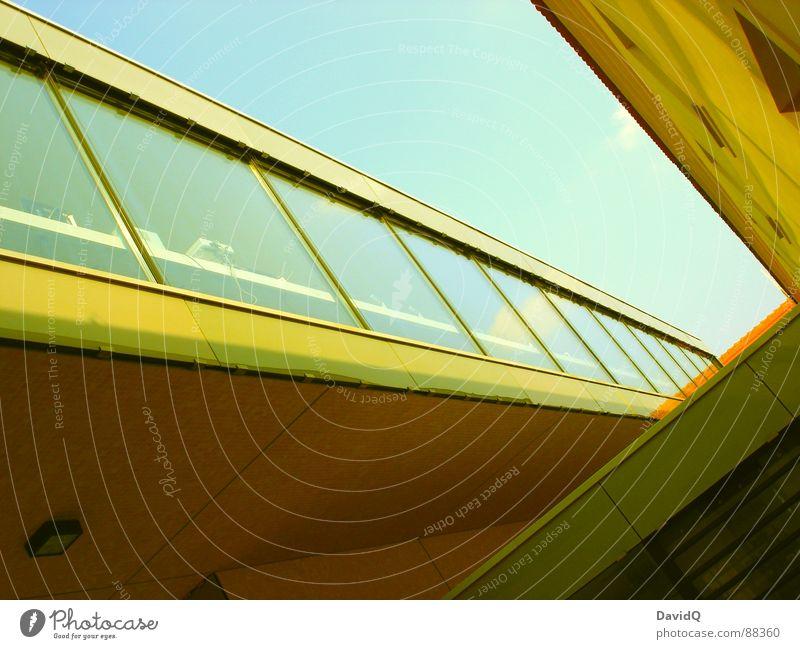 yellow submarine Himmel blau gelb Fenster Gebäude Linie Glas Beton Fassade modern Geometrie Fensterscheibe Schweben Öffentlicher Personennahverkehr S-Bahn