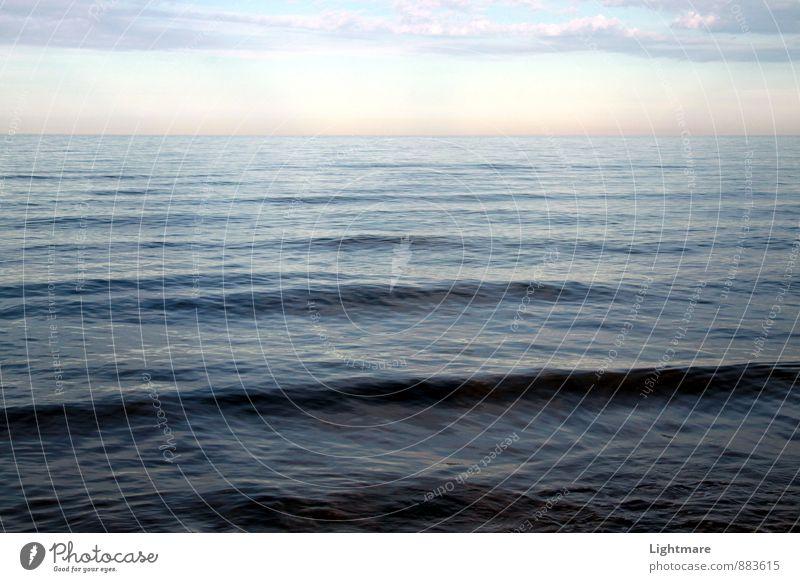 Sanfte Wellen am Meer Erholung ruhig Natur Himmel Wolken Schönes Wetter Wasser beobachten genießen Schwimmen & Baden authentisch Unendlichkeit maritim blau