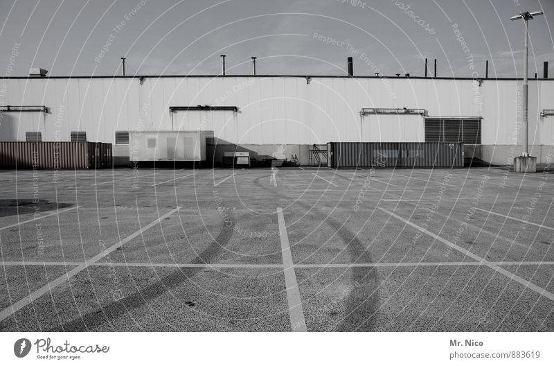 nix wie weg | UT Köln Industrieanlage Fabrik Gebäude Fassade groß Parkplatz Bremsspur Lagerhalle Arbeit & Erwerbstätigkeit Arbeitsplatz Wirtschaft Handel