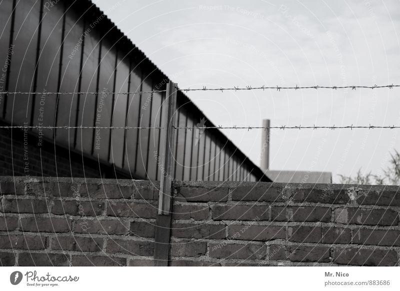 behind the wall | UT Köln Arbeitsplatz Industrie Umwelt Himmel Industrieanlage Fabrik Gebäude Mauer Wand Fenster grau Stacheldraht Stacheldrahtzaun Schornstein
