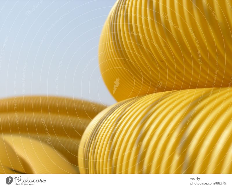 Auf in den Himmel blau gelb Industriefotografie Statue Handwerk Röhren Lager Stapel Furche Kiesbett