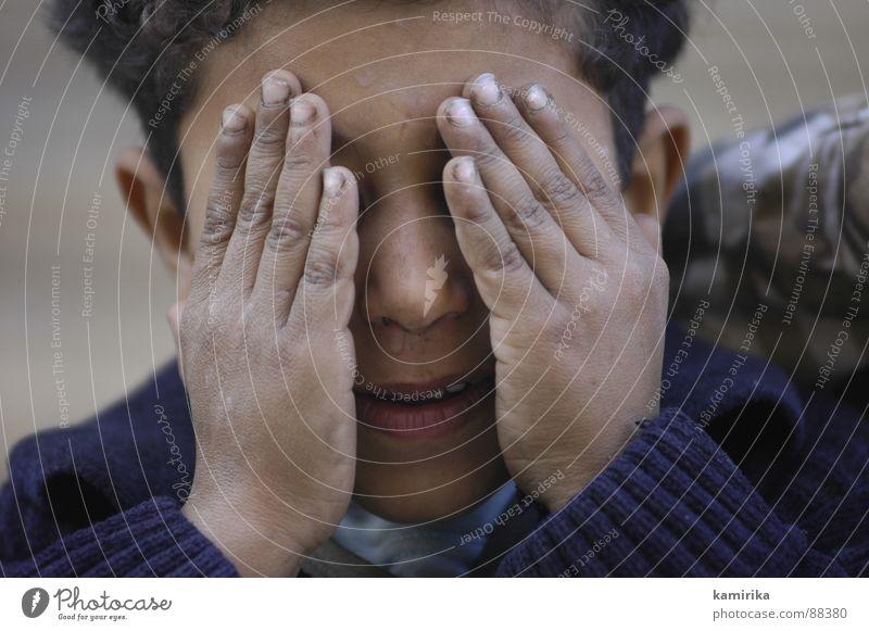 ich seh was was du nich siehst Kind Hand Gesicht Junge träumen Traurigkeit Finger Trauer Afrika entdecken verstecken weinen Ägypten