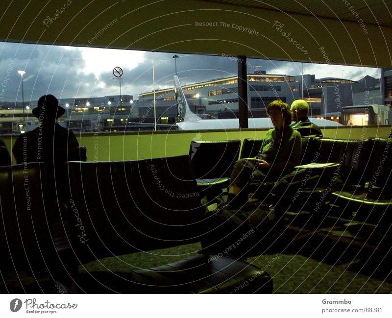 Stunden des Wartens Mensch grün Gebäude Denken warten Flugzeug sitzen Sicherheit Luftverkehr Aussicht Flughafen Erwartung Sitzgelegenheit Sessel Gate Flugangst