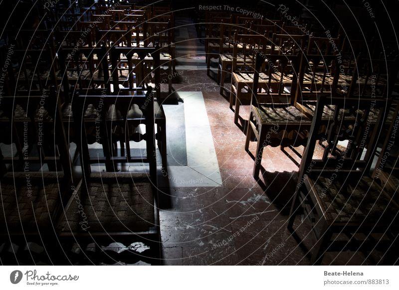 In der Ruhe liegt die Kraft Ferien & Urlaub & Reisen Erholung rot ruhig Architektur Gefühle Holz grau Religion & Glaube Stein braun Zufriedenheit nachdenklich sitzen warten Kirche