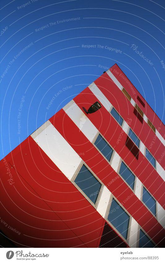 Ich wollte eigentlich mal ein Leuchtturm werden ! weiß rot Fenster Lampe Gebäude Haus Bürogebäude Verwaltungsgebäude Hochhaus Streifen Schönes Wetter trist