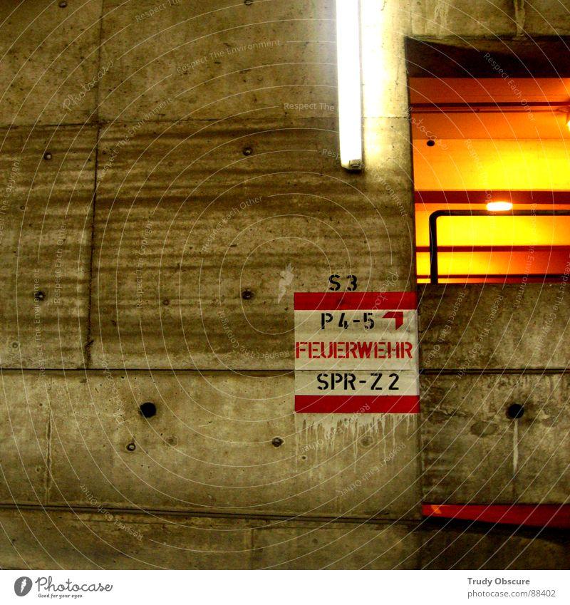 s3_P4-5_SPR-Z 2 Lampe Wand Brand Schilder & Markierungen Beton Tunnel Hinweisschild brennen Geländer Parkplatz parken Halt Parkhaus Feuerwehr Durchblick Signal