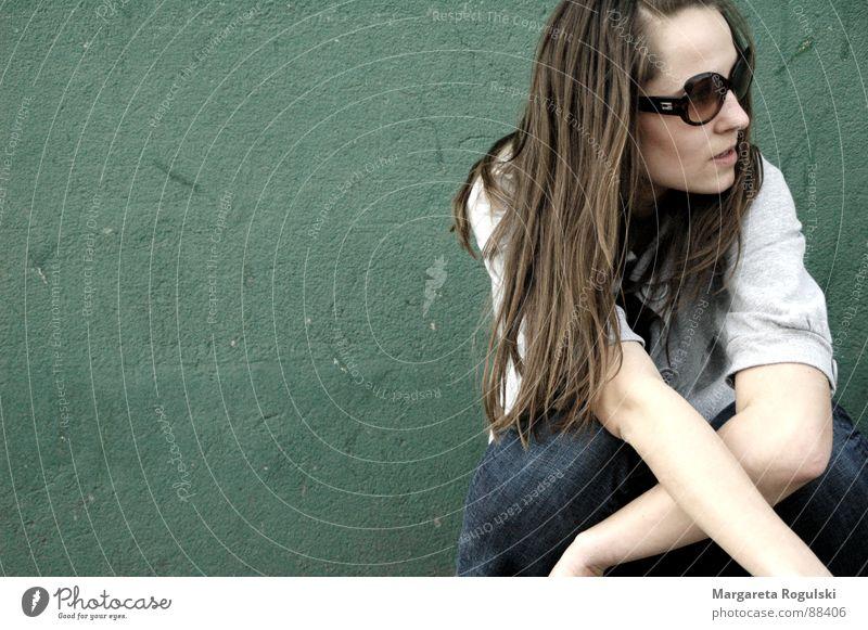 rumhängen Frau Wand grün Brille Mauer Erholung Haare & Frisuren knien