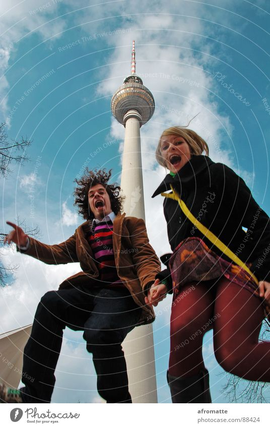 Springturm Mensch Himmel Jugendliche blau Junge Frau Junger Mann 18-30 Jahre Erwachsene Berlin Glück lachen springen Paar rosa Zusammensein verrückt