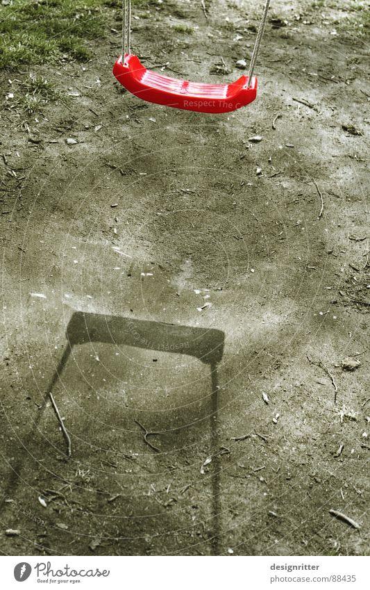 zusammen schaukeln Schaukel Spielplatz rot Kunststoff Swing Schatten Erde Seil playground shadow earth red plastics children Kindheit