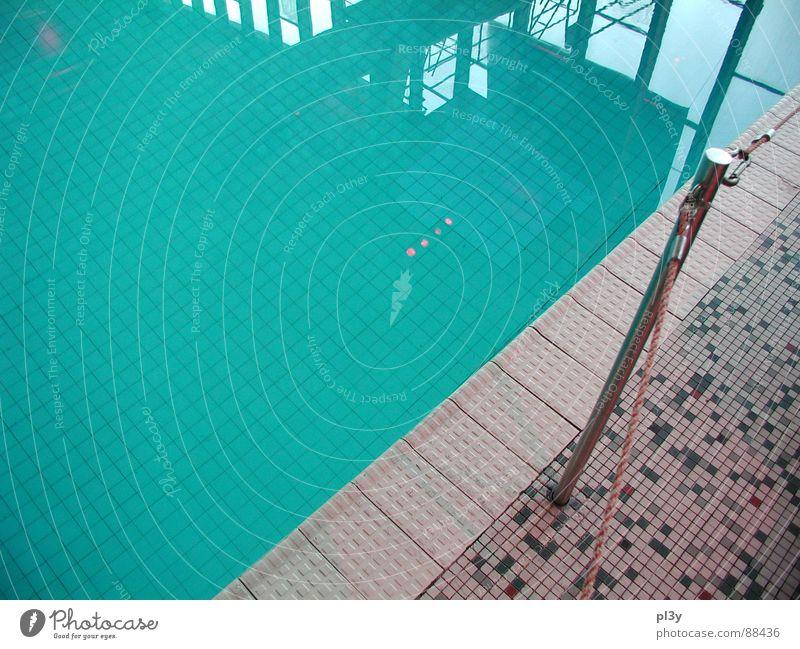 Beckenrand Schwimmbad Schwimmhalle Wuppertal Grenze ruhig türkis Wasser Fliesen u. Kacheln blau Reflexion & Spiegelung