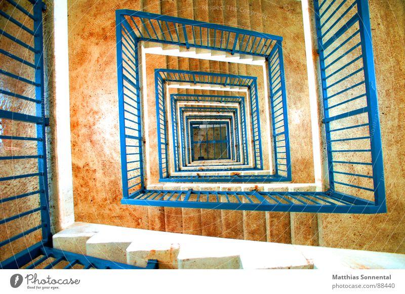 Blick in die Tiefe weiß blau Raum orange Treppe Konzentration tief Treppenhaus