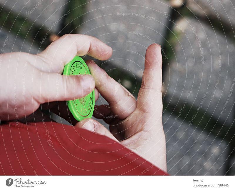 Feline Krull, Jahrmarktspotterin und Fahrchipsammlerin Finger Nervosität Bildausschnitt Anschnitt Aufregung kindlich Geschicklichkeit Kinderhand Spieleinsatz Jeton Fingerspiel Pokerchip