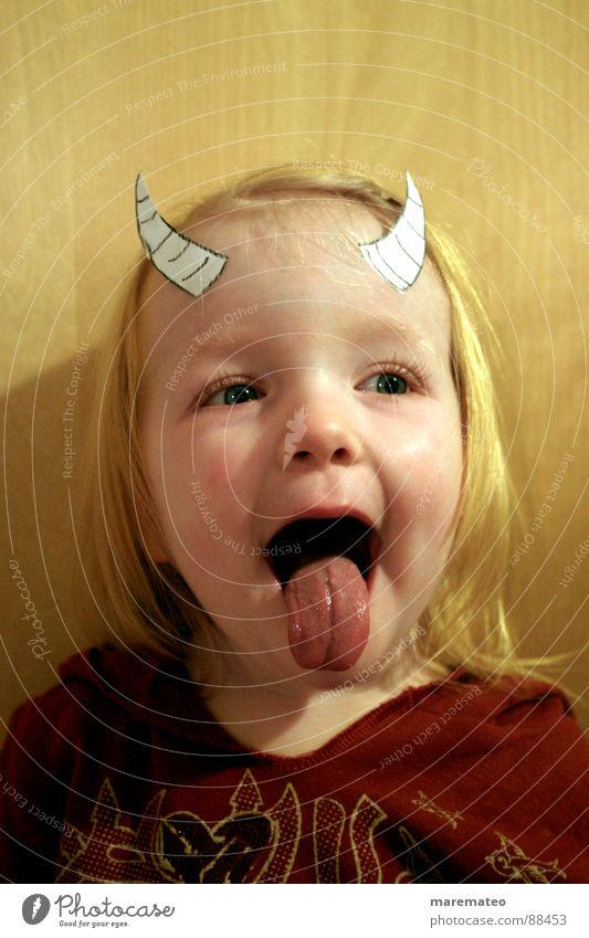 Kleiner Deibel Kind Mädchen Freude Spielen Junge Maske Karneval Horn Kindergarten frech Kindererziehung Zunge Teufel Klischee Plage Thusnelda