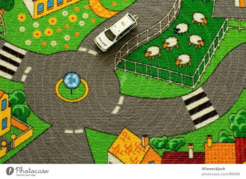 auf Streife Freude Spielen PKW Kindheit hoch Spielzeug Dorf Schaf Verkehrswege Gesetze und Verordnungen Kindergarten Teppich Straßenverkehr Schafherde Beruf