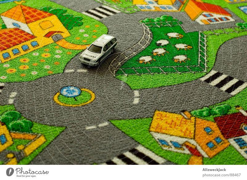 Abgwürgt am Kreisverkehr Spielen PKW Kindheit hoch Bildung Spielzeug Dorf Schaf Kindergarten Straße Teppich Straßenverkehr Gesetze und Verordnungen Schafherde Vogelperspektive schwindelig
