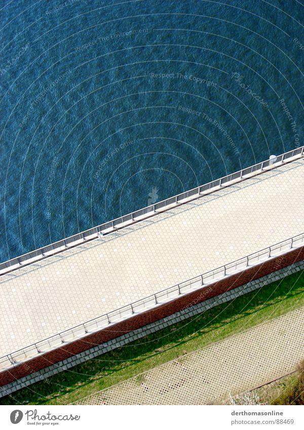 Karibik-Deich Mauer pflastern Wiese Gras Barriere Meer See Wellen wellig Wind springen grün rot Kontrast quer Vogelperspektive Außenaufnahme Gezeiten Hafen