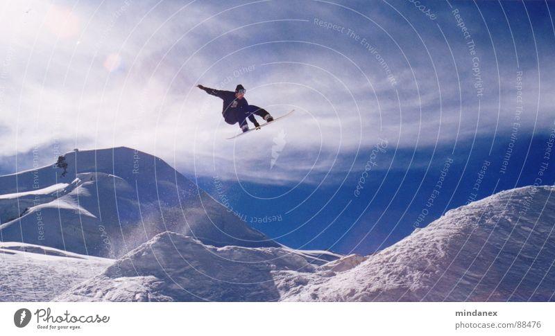 Melon Grab Snowboard Freestyle Winter springen Sport Spielen Schnee fliegen blau Wintersport talentiert Mut Funsport Extremsport Schneebedeckte Gipfel