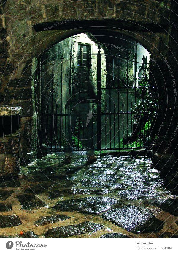 Geisterstunde Mauer Gemäuer Nacht Granit dunkel Frankreich Mist - Schlüssel vergessen! Wieso geht das nicht auf? Hat die schön geschrien! Tor Metall Stein Angst