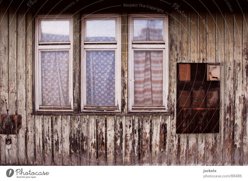 Schwäbische Gardinen Fenster Holz leer verfallen Bahnhof Post Vorhang Briefkasten Rahmen