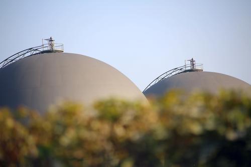 zwei-deutig   UT Köln Umwelt feminin Energiewirtschaft Frauenbrust rund Fabrik Wolkenloser Himmel Kugel Industrieanlage unklar Erneuerbare Energie Brustwarze