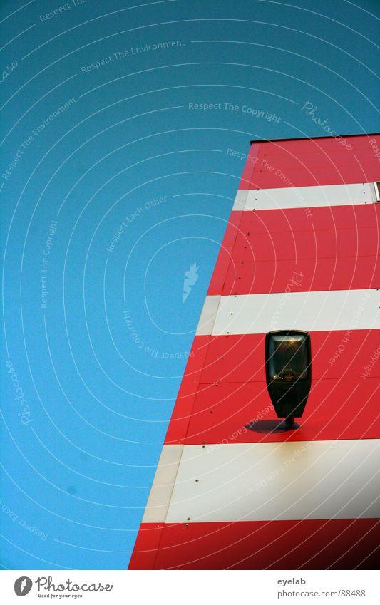 200...Was soll nun werden ? Himmel blau weiß rot Sommer Haus Gebäude Lampe außergewöhnlich Hochhaus Streifen trist Kommunizieren Kitsch Schönes Wetter Etage
