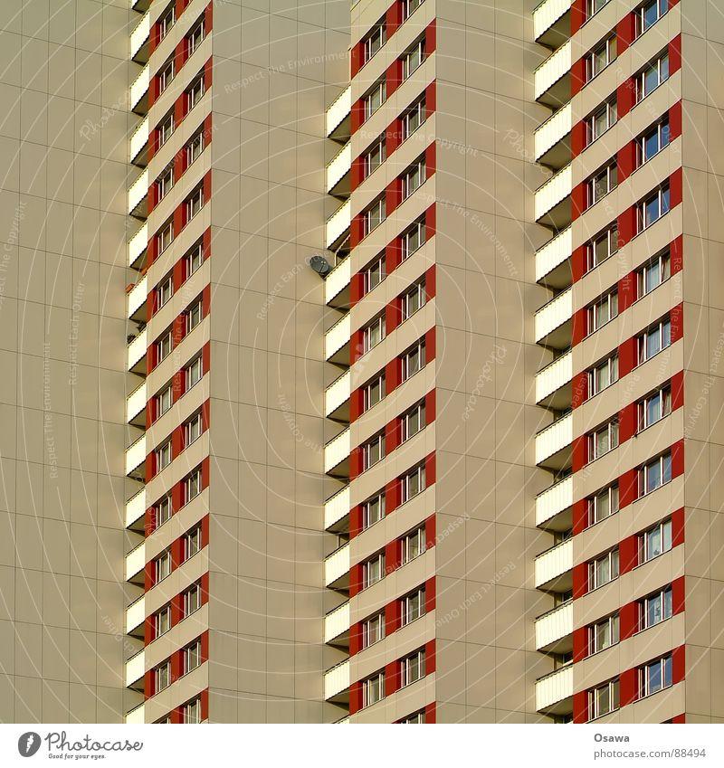 Schöner Wohnen 16 Haus Fenster Berlin Architektur Gebäude Fassade Hochhaus trist Balkon DDR Plattenbau Raster Neubau Friedrichshain