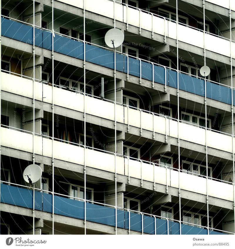 Schöner Wohnen 17 Haus Fenster Architektur Gebäude Fassade Hochhaus trist Fernsehen Balkon DDR Plattenbau Begrüßung Antenne Raster Neubau Satellitenantenne