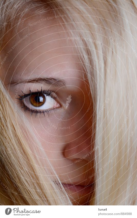 Durchblick schön Gesicht Mensch feminin Junge Frau Jugendliche Erwachsene Kopf Auge 1 18-30 Jahre blond langhaarig Erotik Neugier teenager lächeln jung