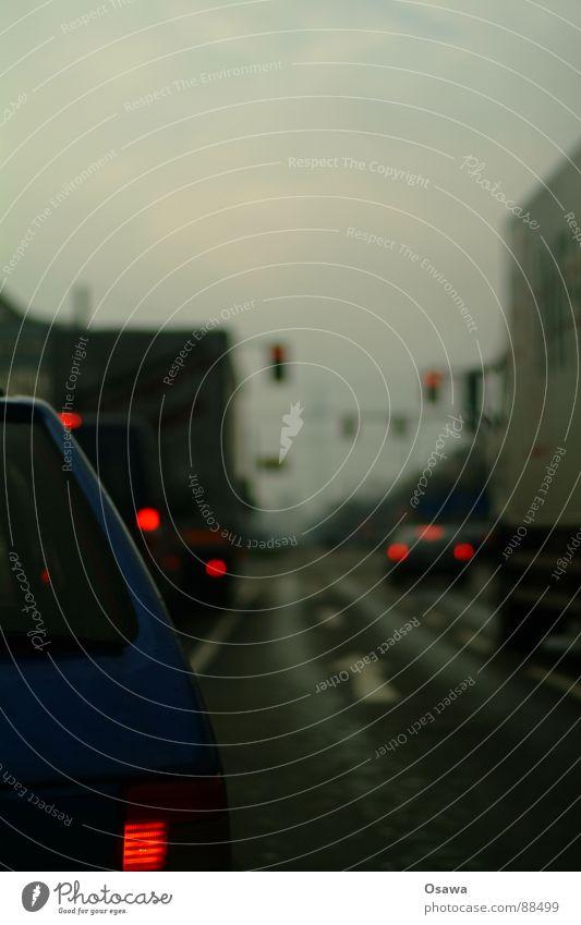 ab durch die Mitte Stadt Wolken dunkel PKW Straßenverkehr Verkehr Asphalt Pfeil Lastwagen dumm Ampel Mischung bedecken schlechtes Wetter Rücklicht Fahrbahnmarkierung