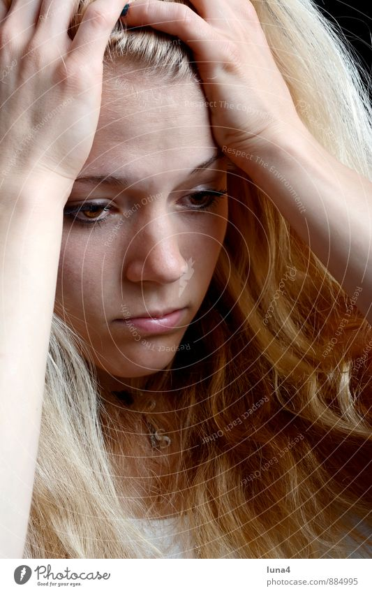 Frust Junge Frau Jugendliche Erwachsene 1 Mensch 18-30 Jahre blond langhaarig Denken träumen Traurigkeit Sorge Trauer Liebeskummer Einsamkeit Zukunftsangst