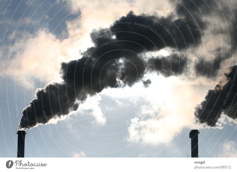 Schornsteine Smog dunkel bedrohlich weiß schwarz Wolken himmelblau grau Abgas trist Trauer schön fantastisch Außenaufnahme verdeckt beschmutzen Umwelt Rauch