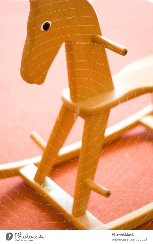 Reiterlos alt Einsamkeit Spielen Holz klein Traurigkeit Kindheit sitzen Pferd Trauer Vergänglichkeit Spielzeug Kindergarten Sitzgelegenheit Schaukel Reitsport