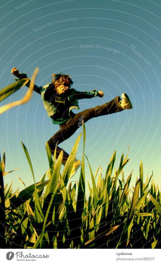 Spring ins Feld! IV hüpfen Frühling Wiese Gras grün Stil Sonnenuntergang Körperhaltung Halm Froschperspektive Sonnenstrahlen Kick Kampfsport Mann Kerl grätschen