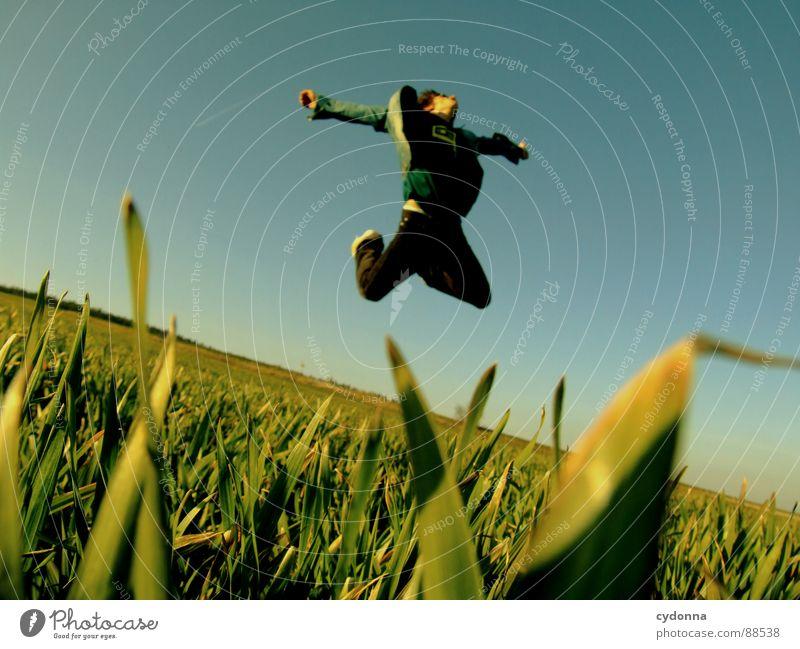 Spring ins Feld! V hüpfen Frühling Wiese Gras grün Stil Sonnenuntergang Körperhaltung Halm Froschperspektive Sonnenstrahlen Kick Kampfsport Mann Kerl grätschen