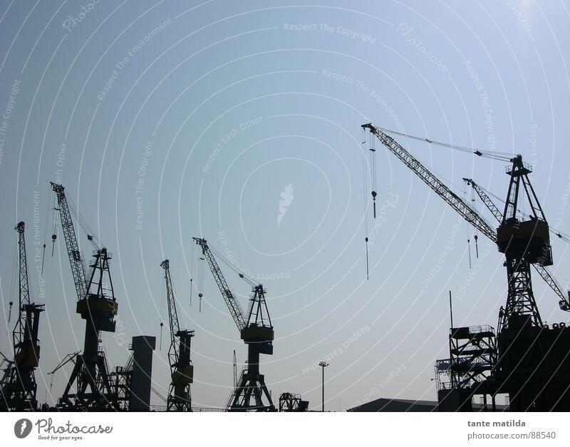 Hamburger Docklands Kran Silhouette schwarz Hafen Schatten Himmel blau