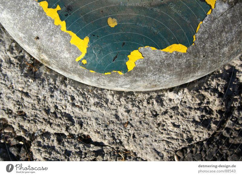 in rom blättert es* alt grün Einsamkeit Farbe gelb Straße grau Stein Traurigkeit Metall Kunst dreckig warten Beton Industrie Bodenbelag