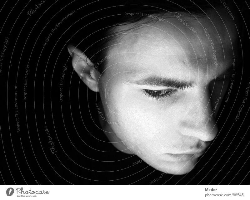 Manchmal macht mir die Zukunft Angst … Denken Einsamkeit unentschlossen unsicher Mann Mensch Stirn ungewiss Augenbraue schmollen schweigen verstummen Kinn Wange