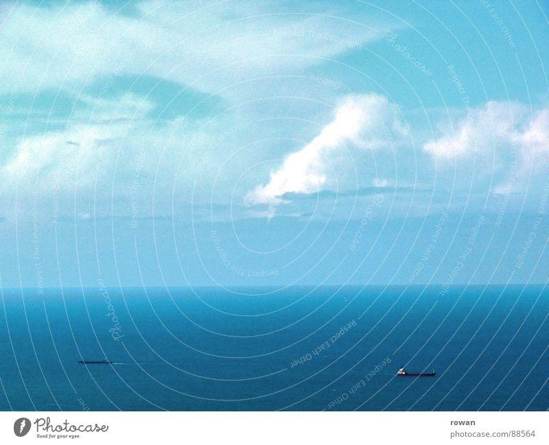 auf handelsfahrt I Wasserfahrzeug rot lang groß schwer Wolken Horizont Meer See Hochsee Geschäftsreise fahren Ferne Unendlichkeit leer Treffpunkt Abschied