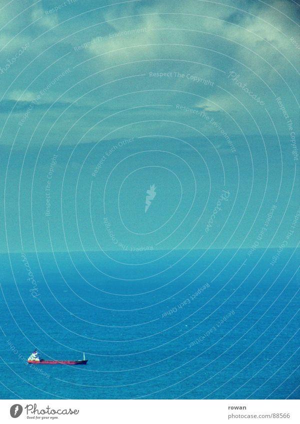auf handelsfahrt II Wasserfahrzeug rot lang groß schwer Wolken Horizont Meer See Hochsee Geschäftsreise fahren Ferne Unendlichkeit leer Einsamkeit