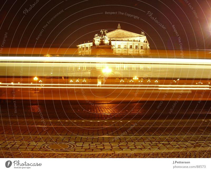 den Weg gekreuzt Semperoper Straßenbahn Dresden Nacht Licht Geschwindigkeit dunkel historisch Nachtleben Zeit Momentaufnahme Pause Langzeitbelichtung