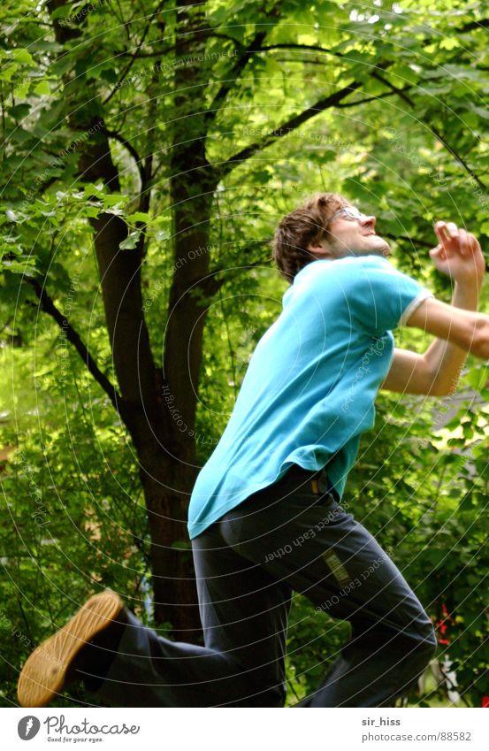 Ja wo will er denn hin? Mensch Mann Hand Spielen oben Bewegung springen Beine laufen Ball rennen werfen Knie hüpfen Frisbee