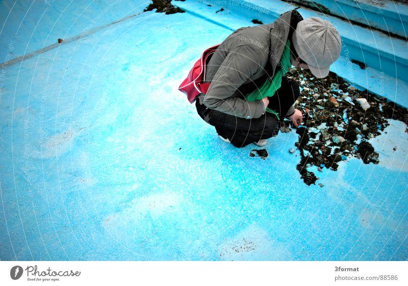 imPool01 Frau alt blau Einsamkeit kalt Stein Angst klein Treppe Bad Schwimmbad Schutz Vertrauen türkis verstecken Lagerhalle