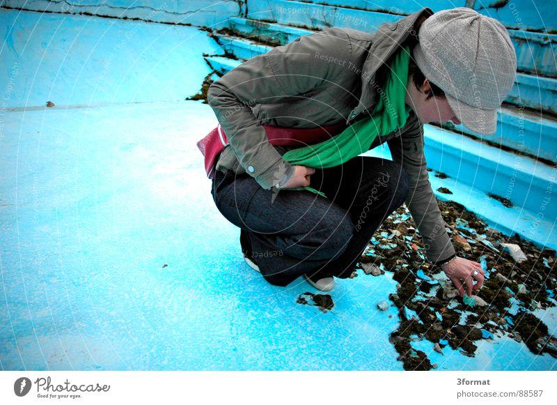 imPool02 Frau alt blau Einsamkeit kalt Stein Angst klein Treppe Bad Schwimmbad Schutz Vertrauen türkis verstecken Lagerhalle