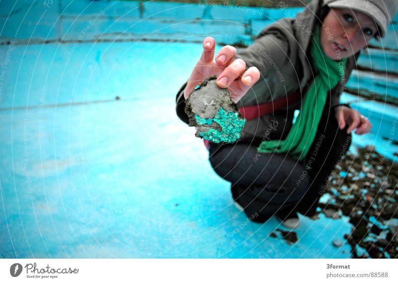 imPool03 Frau alt blau Einsamkeit kalt Stein Angst klein Treppe Bad Schwimmbad Schutz Vertrauen türkis verstecken Lagerhalle